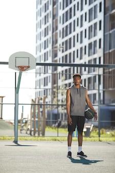 屋外のアフリカのバスケットボール選手