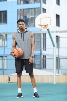 ポーズのアフリカのバスケットボール選手