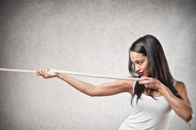 Африканская красивая женщина, потянув веревку