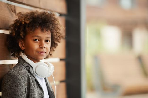 屋外に立っているアフリカの少年