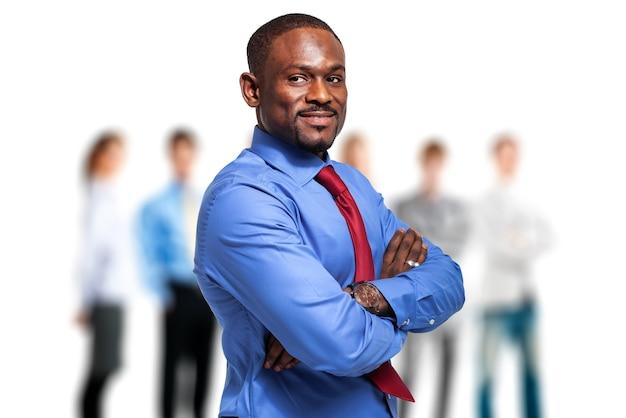 彼のチームの前でアフリカのビジネスマン