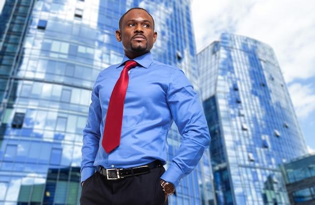 現代の都会の環境でアフリカのビジネスマン