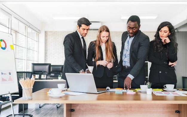 아프리카 사업가 계획 및 내부 비즈니스 그룹 회의에서 백인 동료와 논의합니다.