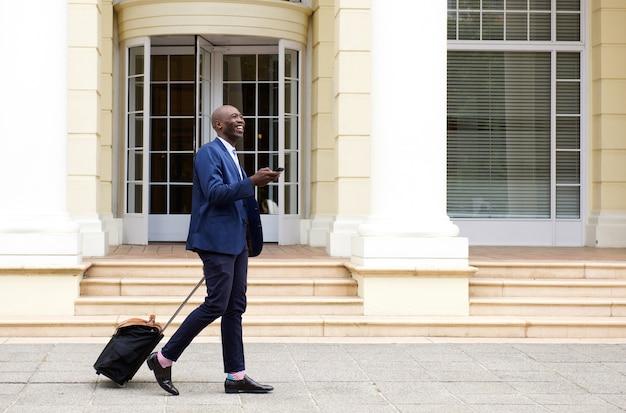 アフリカ、ビジネスマン、歩く、バッグ、携帯電話