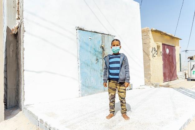 非伝染性マスクを持つアフリカの子供