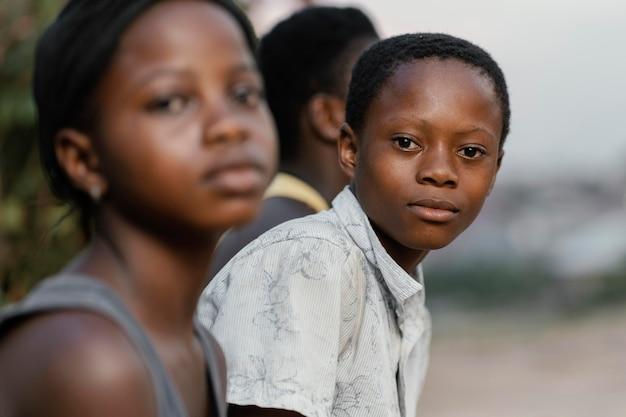 屋外のアフリカの子供たち