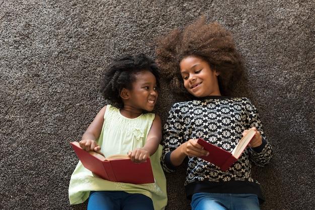 本を読んでいるアフリカの子供たち