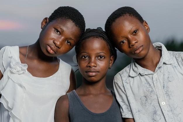 アフリカの子供たちが向かい合って立っている