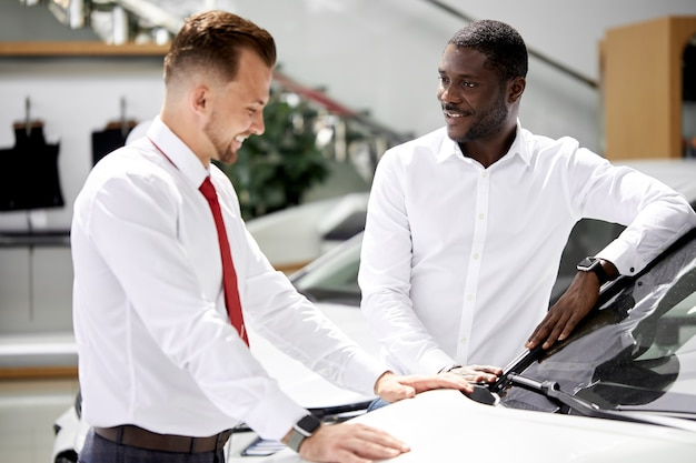 Африканский клиент задает вопросы об интересующей его машине