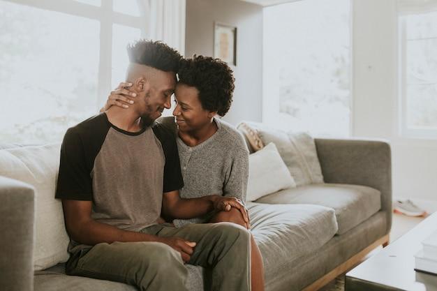自宅の居間で身も凍るアフリカのカップル