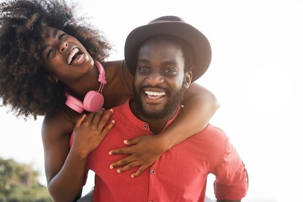 屋外で一緒に楽しんでいるアフリカのカップル