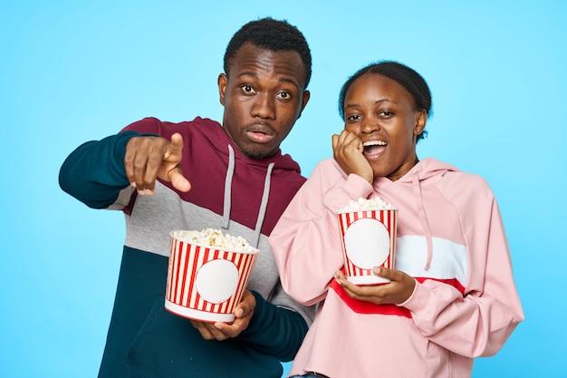 ポップコーンで映画を見てアフリカのカップル