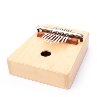 Музыкальный инструмент африканской культуры, изолированные на белом фоне, дерево, традиционное для игры калимба, издающее звук африки, этническая перкуссия большого пальца, акустическая народная мелодия из ручного деревянного стиля