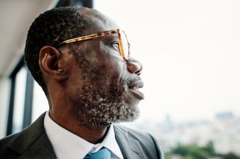 アフリカの降下ビジネスマンの熟考コンセプト