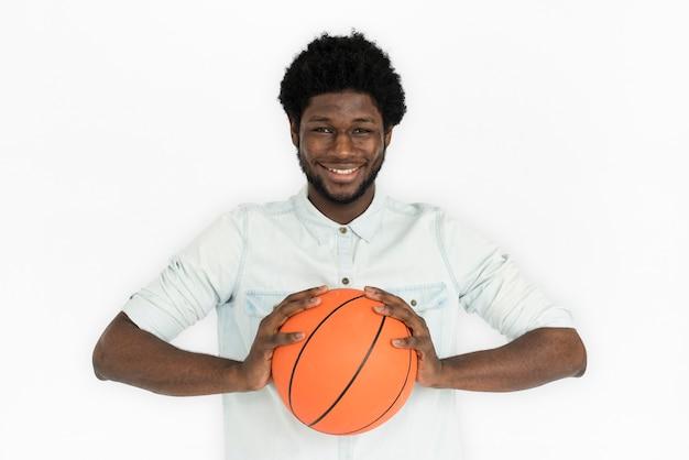 Concetto casuale di pallacanestro dell'uomo di origine africana