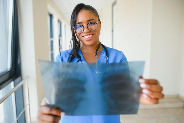 Африканский врач смотрит на рентгеновский снимок пациента в больнице