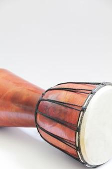 아프리카 드럼 djembe 흰색 절연 사진을 닫습니다