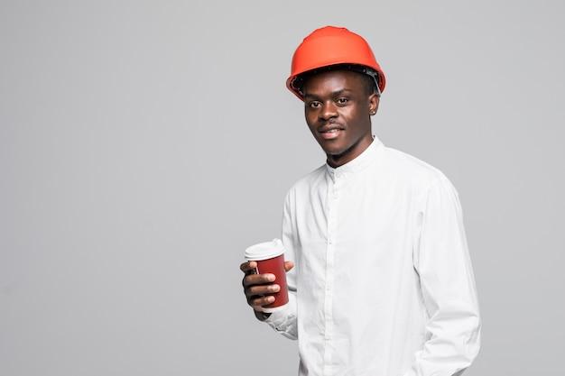 회색 배경에 고립 된 휴식 시간에 아프리카 계 미국인 건축가 초상화 음료 커피