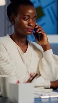 전화로 말하는 아프리카 직원