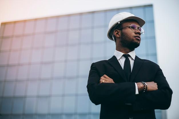 마천루 앞의 아프리카 엔지니어입니다. 비즈니스 세계
