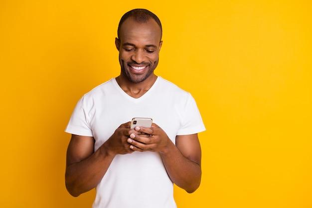 アフリカの民族の男は電話ガジェット通信を保持します