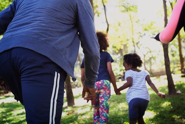 公園で結ばれているアフリカの家族