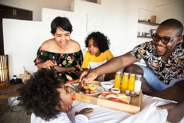 아프리카 가족 침대에서 아침을 먹고