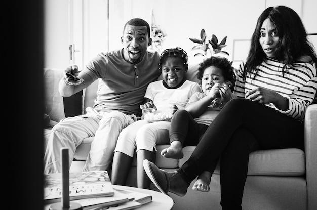 Famiglia africana che trascorre del tempo insieme