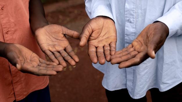 아프리카 농부의 손을 닫습니다.