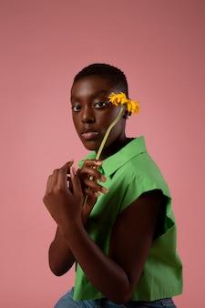 녹색 셔츠에 포즈를 취하는 아프리카 성 유체 사람