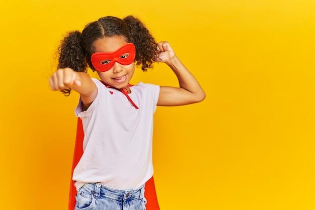 Африканская девушка в костюме супергероя