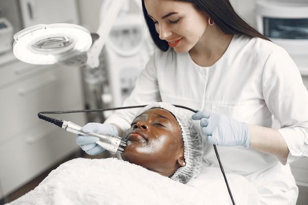 Африканская девушка. женщина на диване. дама у косметолога.