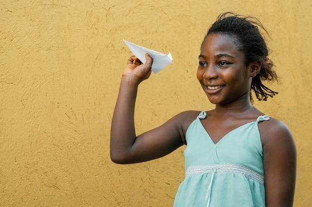 飛行機で遊ぶアフリカの女の子