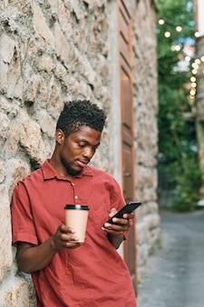 스마트폰으로 온라인 비디오를 보고 있는 아프리카 남자