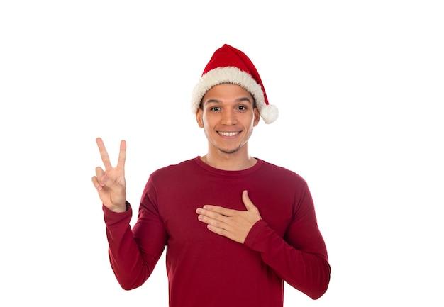 白で隔離のクリスマス帽子をかぶってアフリカの男