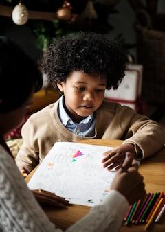 アフリカの子供は、色の本を楽しんで