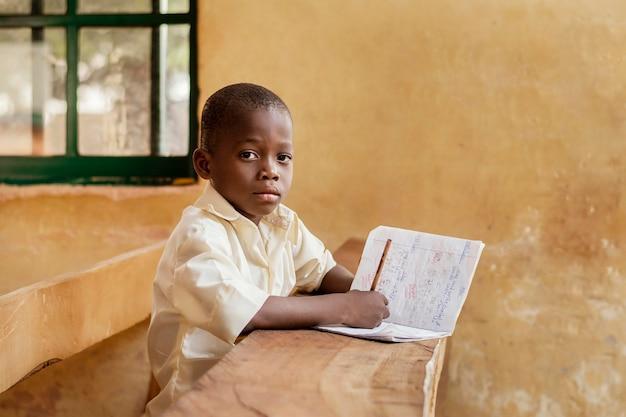 Bambino africano che impara in classe