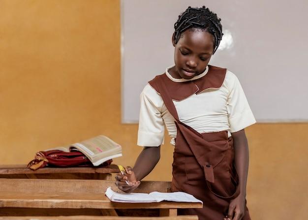 수업 시간에 학습하는 아프리카 아이