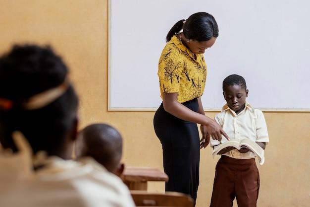 Bambini africani che hanno una lezione a scuola