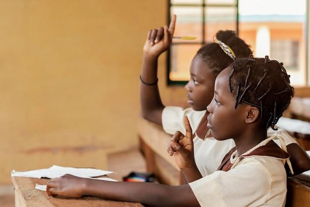 クラスに注意を払っているアフリカの子供たち