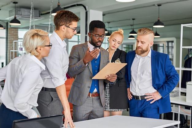 Африканский лидер-менеджер с коллегами обсуждают проект или бизнес-идею
