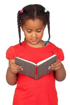 Over whiteで隔離された本を読んでいるアフリカの少女