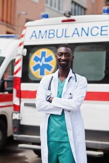 救急車の前に立っているアフリカの男性救急隊員