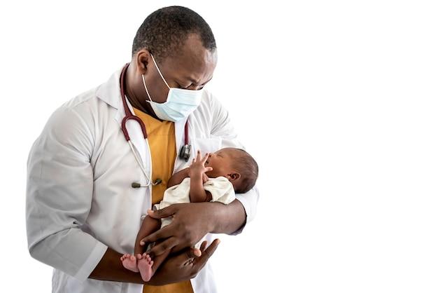 아기 검은 피부 신생아를 들고 수술 마스크를 쓰고 아프리카 남자 의사