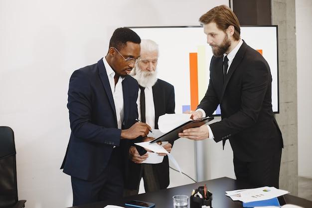 검은 양복에 아프리카 남자입니다.