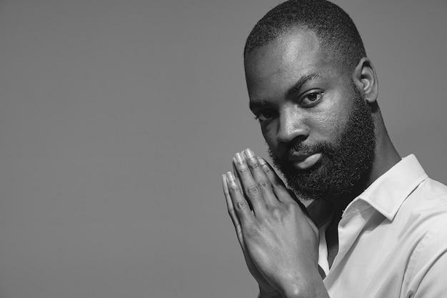 Африканский мужчина в студии. белая стена. мужчина в голубой рубашке.