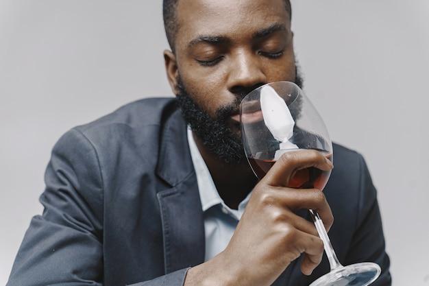Африканский мужчина в студии. белая стена. мужчина в костюме.