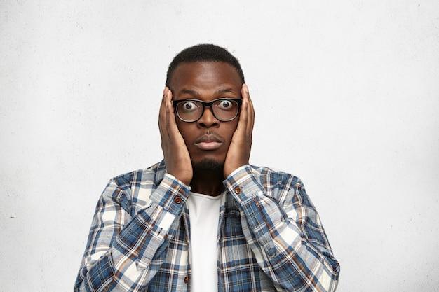 Африканский мужчина модель в очках, небрежно одетый, позирует