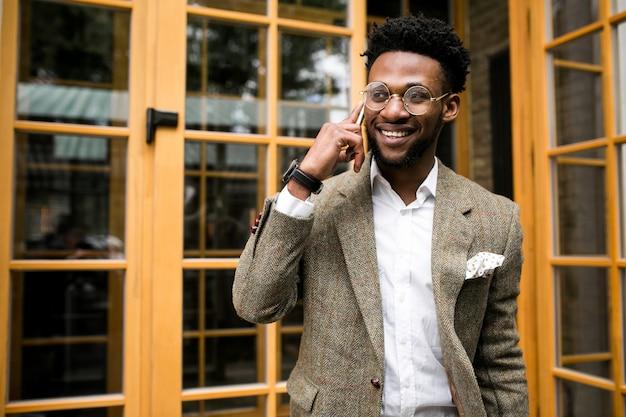 アフリカ人の男の電話幸せ