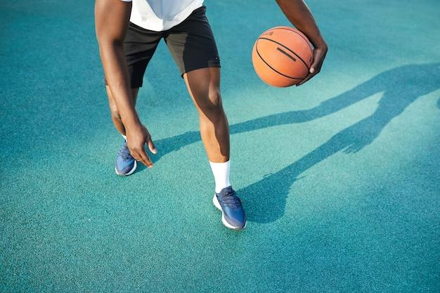 アフリカ人のバスケットボールの低いセクションを再生